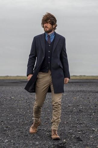 Cómo combinar una corbata en marrón oscuro: Usa un abrigo largo azul marino y una corbata en marrón oscuro para rebosar clase y sofisticación. Si no quieres vestir totalmente formal, opta por un par de botas casual de cuero marrónes.
