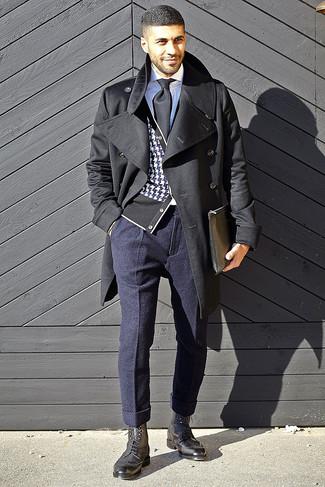 Cómo combinar: abrigo largo negro, cárdigan de pata de gallo en negro y blanco, camisa de vestir blanca, pantalón de vestir de lana azul marino