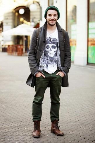 Cómo combinar: abrigo largo en gris oscuro, cárdigan estampado gris, camiseta con cuello circular estampada en blanco y negro, vaqueros verde oliva