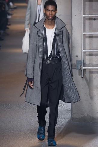Cómo combinar un abrigo largo en gris oscuro: Empareja un abrigo largo en gris oscuro junto a un pantalón de vestir negro para una apariencia clásica y elegante. Si no quieres vestir totalmente formal, elige un par de tenis de cuero azul marino.