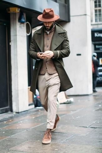 Cómo combinar unos tenis de ante marrónes: Elige un abrigo largo verde oliva y un pantalón chino en beige para después del trabajo. Para darle un toque relax a tu outfit utiliza tenis de ante marrónes.