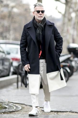 Cómo combinar: abrigo largo en negro y blanco, cárdigan negro, camiseta con cuello circular negra, pantalón chino blanco