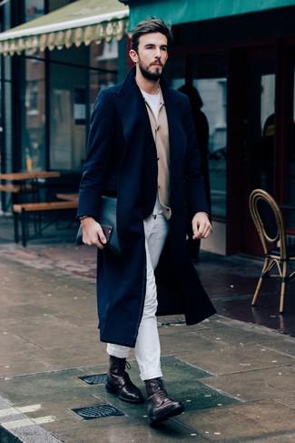 Cómo combinar: abrigo largo azul marino, cárdigan marrón claro, camiseta con cuello circular blanca, pantalón chino blanco