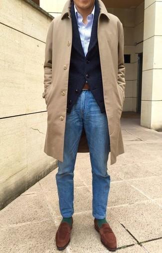 Cómo combinar: abrigo largo marrón claro, cárdigan con cuello chal negro, camisa de vestir de rayas verticales celeste, vaqueros azules
