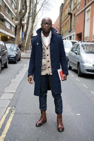 Cómo combinar: abrigo largo azul marino, cárdigan con cuello chal en beige, camisa de vestir blanca, vaqueros azul marino