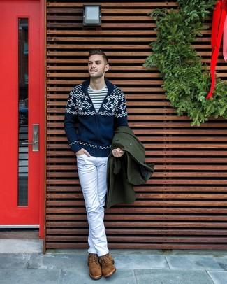 Cómo combinar: abrigo largo verde oscuro, cárdigan con cuello chal de grecas alpinos azul marino, camiseta con cuello circular de rayas horizontales en blanco y azul marino, vaqueros blancos