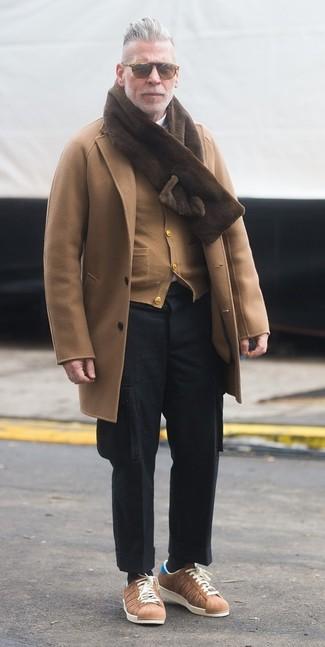 La versatilidad de un cárdigan marrón claro y un pantalón cargo de lana negro los hace prendas en las que vale la pena invertir. Tenis marrón claro son una opción perfecta para complementar tu atuendo.