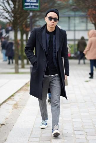 Cómo combinar una camiseta con cuello circular negra: Para crear una apariencia para un almuerzo con amigos en el fin de semana elige una camiseta con cuello circular negra y un pantalón chino de lana gris. Tenis de lona azules son una opción atractiva para complementar tu atuendo.
