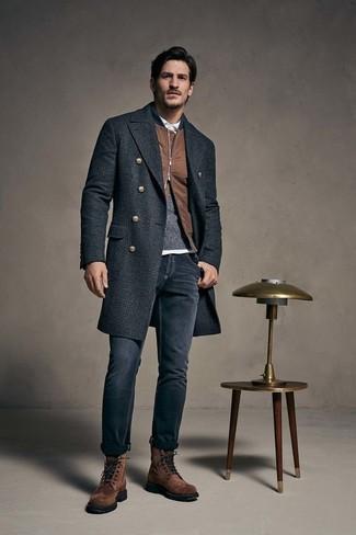 Cómo combinar: abrigo largo de tartán en gris oscuro, cazadora de aviador marrón, jersey con cuello circular en gris oscuro, camisa polo blanca