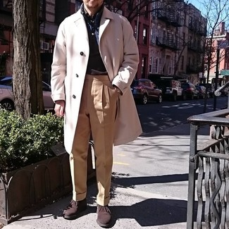 Cómo combinar un abrigo largo en beige: Elige un abrigo largo en beige y un pantalón de vestir marrón claro para rebosar clase y sofisticación. Si no quieres vestir totalmente formal, complementa tu atuendo con botas safari de ante en marrón oscuro.