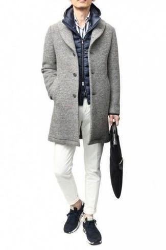 Cómo combinar un chaleco de abrigo acolchado azul marino: Intenta combinar un chaleco de abrigo acolchado azul marino con un pantalón chino blanco para una apariencia fácil de vestir para todos los días. ¿Quieres elegir un zapato informal? Completa tu atuendo con deportivas en azul marino y blanco para el día.