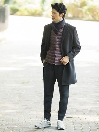Cómo combinar una bufanda de tartán azul marino: Considera emparejar un abrigo largo negro junto a una bufanda de tartán azul marino para un look agradable de fin de semana. Deportivas grises contrastarán muy bien con el resto del conjunto.