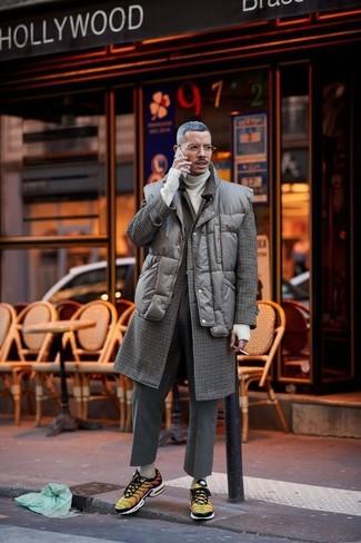 Look de moda: Abrigo largo a cuadros en marrón oscuro, Chaleco de abrigo acolchado en marrón oscuro, Jersey de cuello alto en beige, Pantalón de vestir de lana en gris oscuro