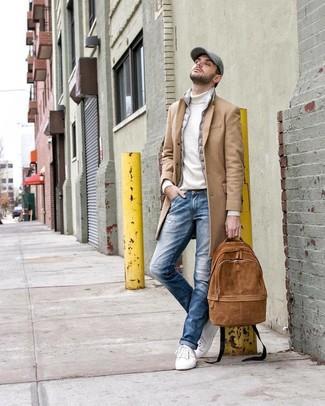 Cómo combinar: abrigo largo marrón claro, chaleco de abrigo gris, jersey de cuello alto blanco, vaqueros desgastados azules