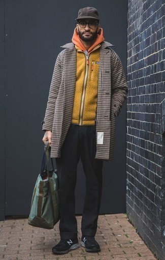Cómo combinar una sudadera con capucha naranja: Ponte una sudadera con capucha naranja y un pantalón chino negro para conseguir una apariencia relajada pero elegante. ¿Quieres elegir un zapato informal? Complementa tu atuendo con deportivas negras para el día.