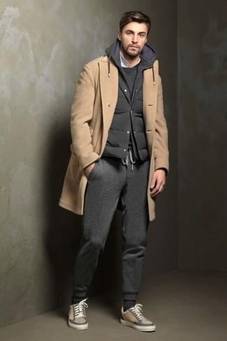 Cómo combinar: abrigo largo marrón claro, chaleco de abrigo acolchado en gris oscuro, sudadera en gris oscuro, camisa polo blanca