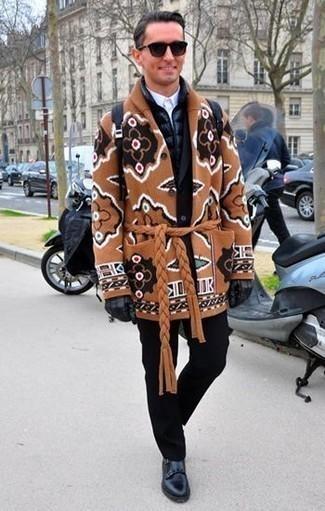 Cómo combinar un chaleco de abrigo acolchado azul marino: Considera ponerse un chaleco de abrigo acolchado azul marino y un abrigo largo en tabaco para el after office. Dale onda a tu ropa con zapatos con doble hebilla de cuero negros.