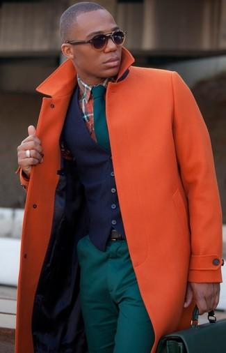 Cómo combinar: abrigo largo naranja, chaleco de vestir azul marino, camisa de manga larga de tartán naranja, pantalón chino en verde azulado