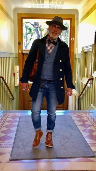 Cómo combinar: abrigo largo negro, chaleco de vestir azul marino, camisa de manga larga de cuadro vichy burdeos, vaqueros azules