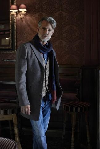 Cómo combinar: abrigo largo de espiguilla gris, chaleco de vestir de cuadro vichy gris, camisa de manga larga de cambray azul, vaqueros azules