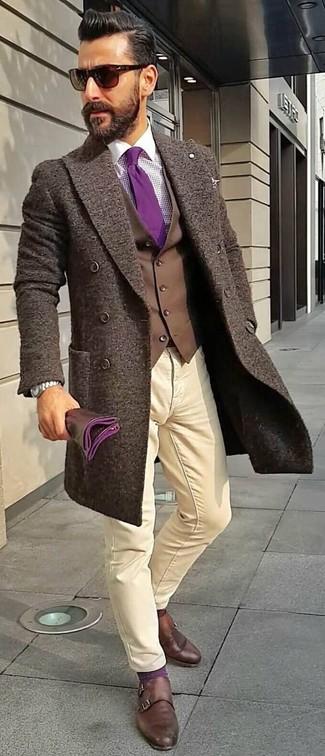 Cómo combinar: abrigo largo en marrón oscuro, chaleco de vestir en marrón oscuro, camisa de vestir de cuadro vichy morado, pantalón chino en beige