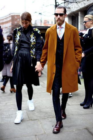 Cómo combinar: abrigo largo mostaza, chaleco de vestir de rayas verticales azul marino, camisa de vestir blanca, pantalón de vestir de rayas verticales azul marino