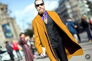 Cómo combinar: abrigo largo mostaza, chaleco de vestir negro, camisa de vestir en violeta, pantalón de vestir negro