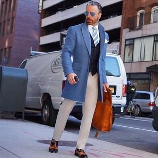 Cómo combinar: abrigo largo azul, chaleco de vestir azul marino, camisa de vestir blanca, pantalón de vestir en beige