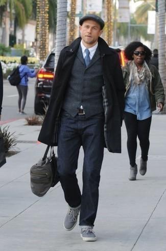 Cómo combinar: abrigo largo negro, chaleco de vestir de lana en gris oscuro, camisa de vestir blanca, vaqueros azul marino