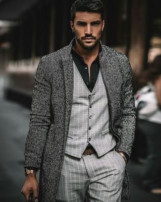 Cómo combinar: abrigo largo de espiguilla gris, chaleco de vestir de rayas verticales gris, camisa de vestir de rayas verticales negra, pantalón de vestir de rayas verticales gris