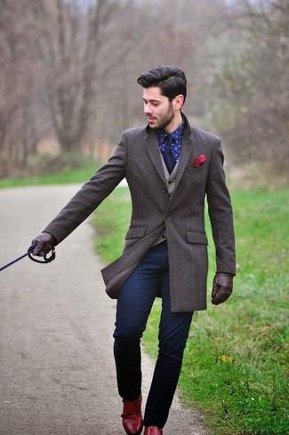 Cómo combinar: abrigo largo en marrón oscuro, chaleco de vestir de lana en beige, camisa de vestir estampada azul marino, pantalón chino azul marino