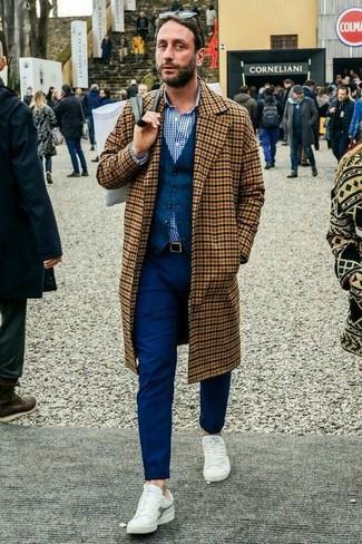 Cómo combinar: abrigo largo a cuadros marrón claro, chaleco de vestir de lana azul marino, camisa de vestir de cuadro vichy en blanco y azul marino, pantalón chino azul marino