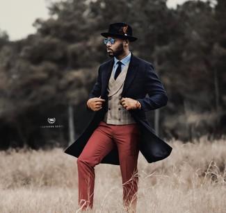 Cómo combinar: abrigo largo azul marino, chaleco de vestir de tartán en beige, camisa de vestir celeste, pantalón de vestir burdeos