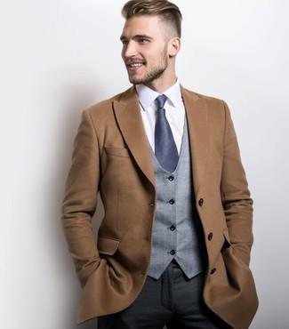 Cómo combinar un abrigo largo marrón claro: Empareja un abrigo largo marrón claro junto a un pantalón de vestir en gris oscuro para un perfil clásico y refinado.