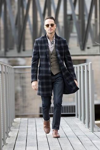 Cómo combinar un abrigo largo de tartán azul marino: Ponte un abrigo largo de tartán azul marino y unos vaqueros azul marino para lograr un estilo informal elegante. Con el calzado, sé más clásico y opta por un par de botines chelsea de cuero marrónes.