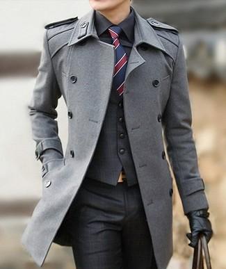 Opta por un abrigo largo gris y un pantalón de vestir de tartán gris oscuro para un perfil clásico y refinado.