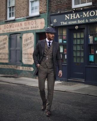 Cómo combinar un pantalón de vestir marrón: Considera ponerse un abrigo largo azul marino y un pantalón de vestir marrón para rebosar clase y sofisticación. ¿Quieres elegir un zapato informal? Elige un par de zapatos derby de cuero en marrón oscuro para el día.