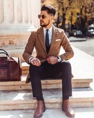 Cómo combinar un pantalón de vestir en marrón oscuro: Haz de un abrigo largo marrón claro y un pantalón de vestir en marrón oscuro tu atuendo para rebosar clase y sofisticación. Si no quieres vestir totalmente formal, completa tu atuendo con botines chelsea de cuero marrónes.