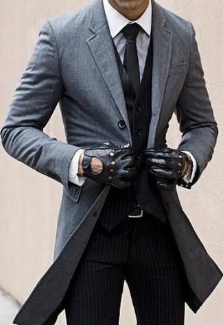 Intenta ponerse un abrigo largo gris y un pantalón de vestir de rayas verticales negro para rebosar clase y sofisticación.