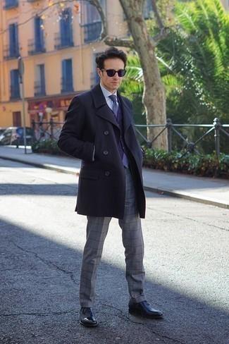 Cómo combinar un pantalón de vestir a cuadros: Usa un abrigo largo azul marino y un pantalón de vestir a cuadros para rebosar clase y sofisticación. Zapatos oxford de cuero negros son una opción buena para complementar tu atuendo.