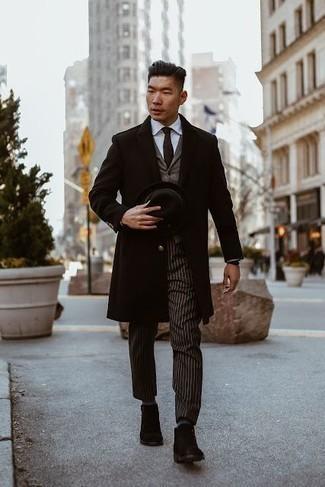 Cómo combinar una corbata en marrón oscuro: Ponte un abrigo largo negro y una corbata en marrón oscuro para un perfil clásico y refinado. Botas ugg negras contrastarán muy bien con el resto del conjunto.