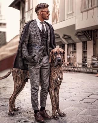 Cómo combinar un abrigo largo en marrón oscuro: Empareja un abrigo largo en marrón oscuro junto a un pantalón chino de lana gris para un lindo look para el trabajo. Con el calzado, sé más clásico y completa tu atuendo con zapatos derby de cuero marrónes.