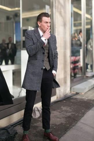 Cómo combinar: abrigo largo de tartán en gris oscuro, chaleco de vestir en marrón oscuro, camisa de vestir blanca, pantalón chino negro