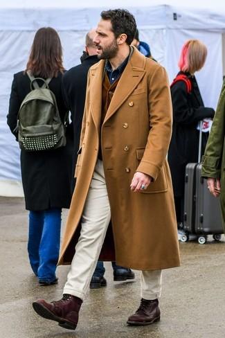 Cómo combinar: abrigo largo marrón claro, chaleco de vestir de pana en marrón oscuro, camisa vaquera azul marino, pantalón chino en beige