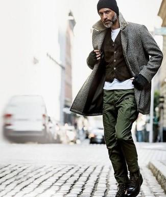 Cómo combinar un pantalón cargo verde oliva en invierno 2021: Considera ponerse un abrigo largo de espiguilla gris y un pantalón cargo verde oliva para el after office. Botas casual de cuero negras son una opción muy buena para completar este atuendo. Si tu buscas un atuendo invernal, esta es una opción para ti.