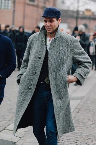 Cómo combinar una gorra inglesa azul marino: Para un atuendo tan cómodo como tu sillón utiliza un abrigo largo de espiguilla gris y una gorra inglesa azul marino.