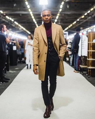 Cómo combinar: abrigo largo marrón claro, chaleco de vestir negro, jersey de cuello alto burdeos, vaqueros pitillo negros