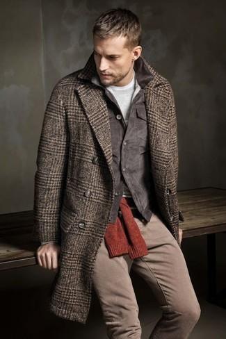 Cómo combinar: abrigo largo de espiguilla marrón, chaqueta con cuello y botones de pana en gris oscuro, jersey con cuello circular rojo, camiseta de manga larga gris