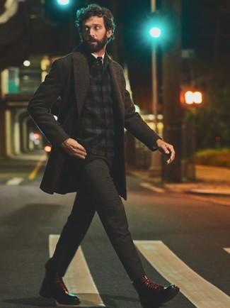Cómo combinar: abrigo largo en gris oscuro, chaqueta estilo camisa de franela de tartán negra, camisa de vestir blanca, pantalón chino en gris oscuro