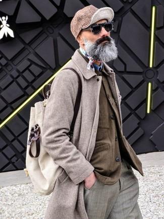 Cómo combinar: abrigo largo en beige, chaqueta estilo camisa marrón, camisa vaquera azul, pantalón de vestir de tartán gris